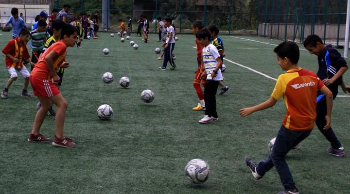 Hakkari'de okul bahçeleri spor salonuna dönüştü