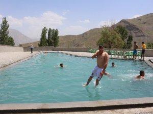 Hakkari'de Vatandaşın Temiz Havada Havuz Keyfi