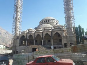 Hakkari'de yapımı devam eden cami inşaatı durdu