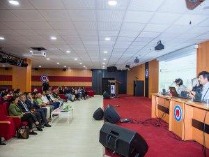 """Hakkari Üniversitesi'nde """"Pervin İtisami Şiirinde Gelenek ve Modernitenin Yansıması"""" Konferansı Düzenlendi"""