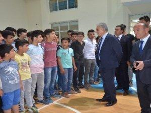 Yüksekova'da öğrencilere spor malzemesi desteği