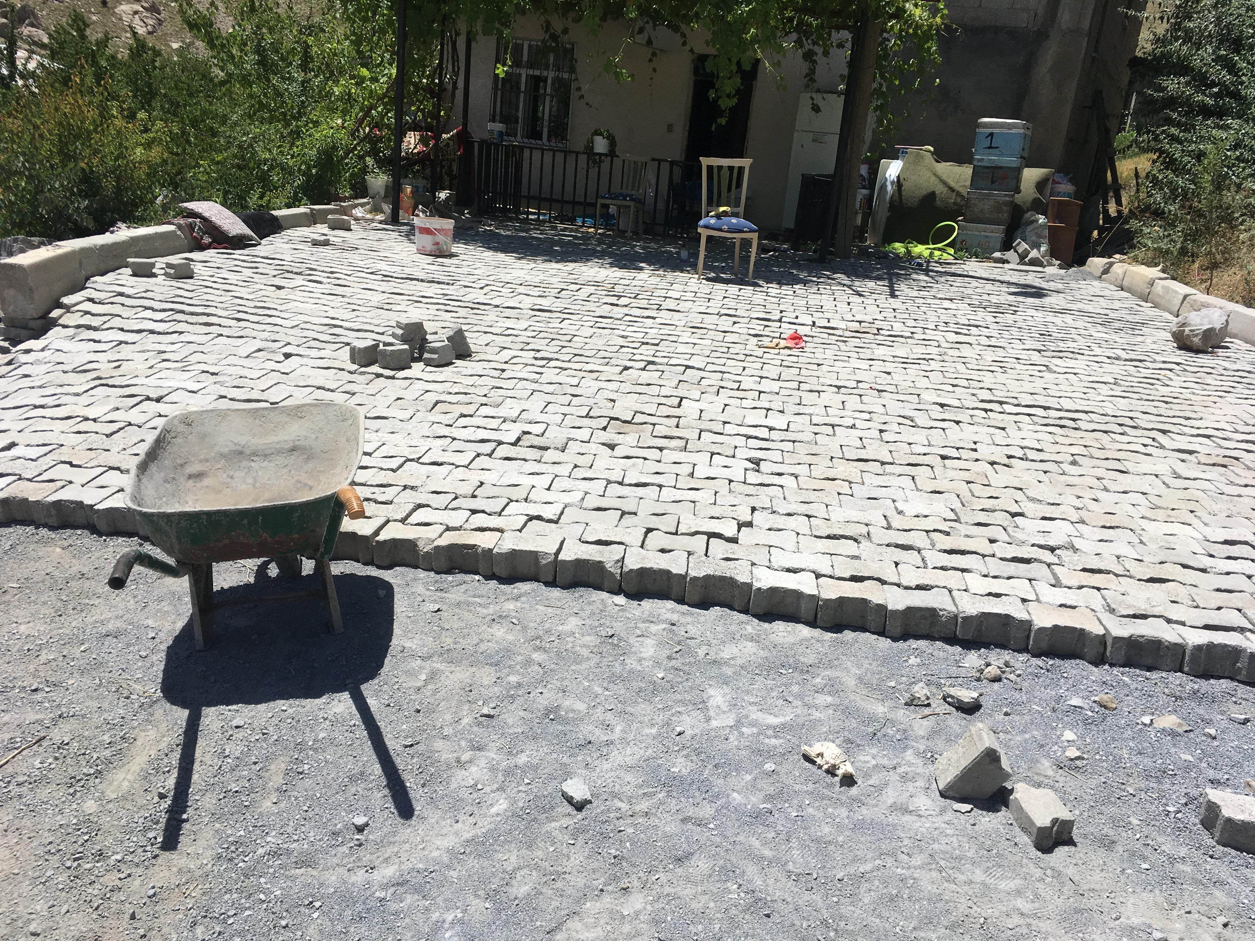 Belediyenin Söktüğü Kilit Taşlarını Vatandaş Kapıştı