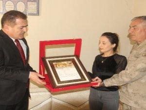 Vali Akbıyık'tan şehit eşine şehadet belgesi