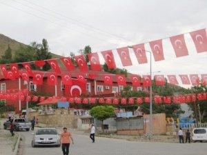 Başkale ilçesi bayraklarla süslendi