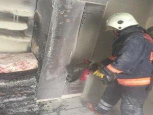 Evde çıkan yangında mahsur kalan genci itfaiye kurtardı