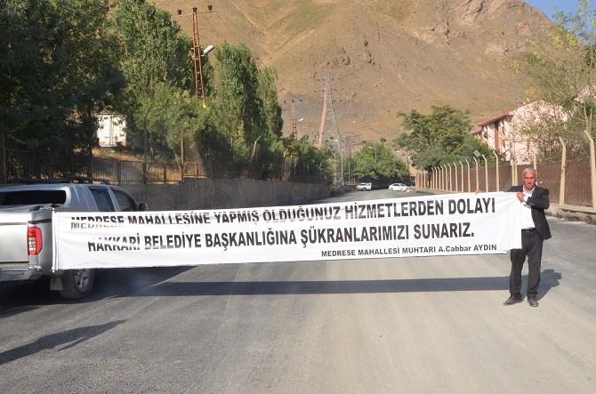 MUHTARDAN BELEDİYE'YE PANKARTLI TEŞEKKÜR