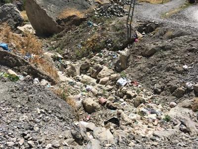 Dereye Atılan Çöpler Kokuya Neden Oluyor