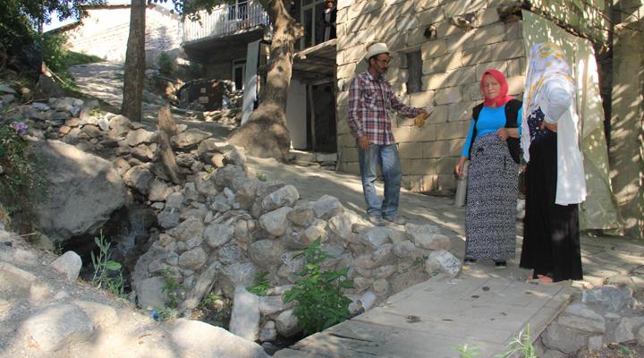 Atık su kanalı vatandaşı çileden çıkardı