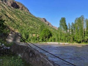 Hakkari'de Asma Köprü Sular Altında Kaldı