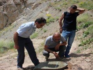 Hakkari'de 1825 tarihli 2 mezar taşı bulundu