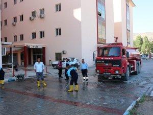 Hastane Bahçesi İtfaiye Araçları İle Yıkandı