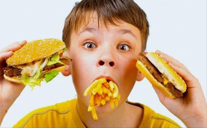 """Çocuklar """"fast food""""un oyuncağından da uzak tutulmalı"""