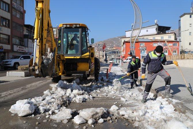 Hakkari'de buzla mücadele çalışması