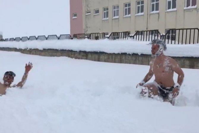 Karda yüzerek eğlendiler!