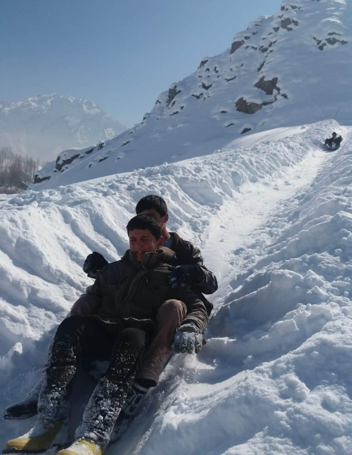 Otlucalı çocukların karlı tepelerde kızak keyfi