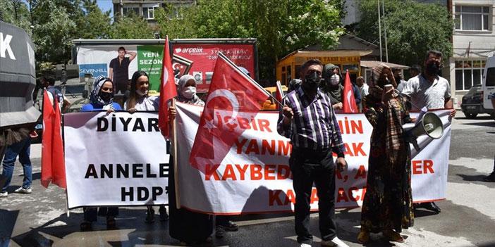 Hakkari'de aileler HDP önünde eylem yaptı