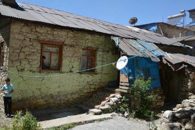 Kiralık toprak evde yaşayan aile destek bekliyor