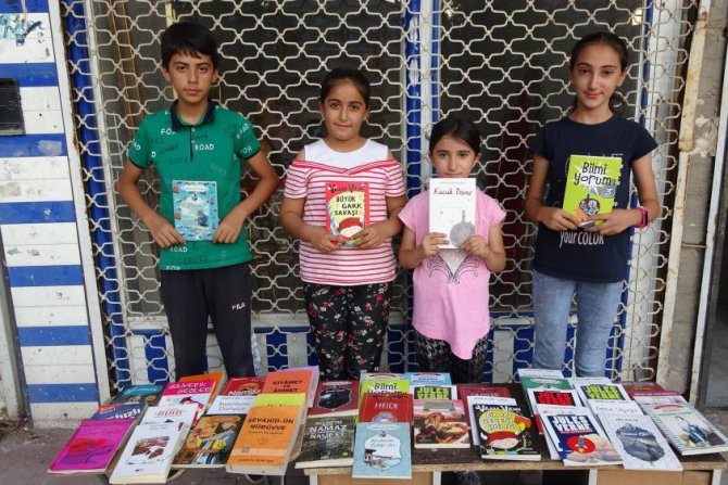 Okul masraflarını çıkartmak için kitap satıyorlar