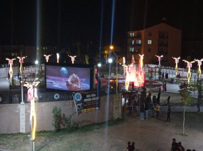 Hakkari'de açık hava sinema günlerine yoğun ilgi