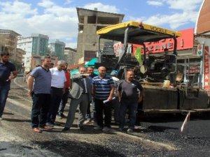 Hakkari'de yol asfaltlama çalışması devam ediyor