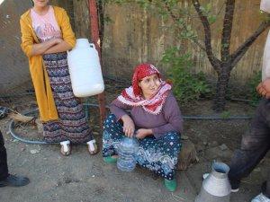 410 kişi bir hortumdan akan suya muhtaç
