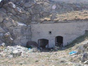 436 yıllık Tarihi Paşa Tabyası Ahır Olarak Kullanılıyor