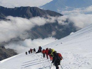 Hakkari Dağcıları Gürcistan Kazbek Dağı Zirvesinde