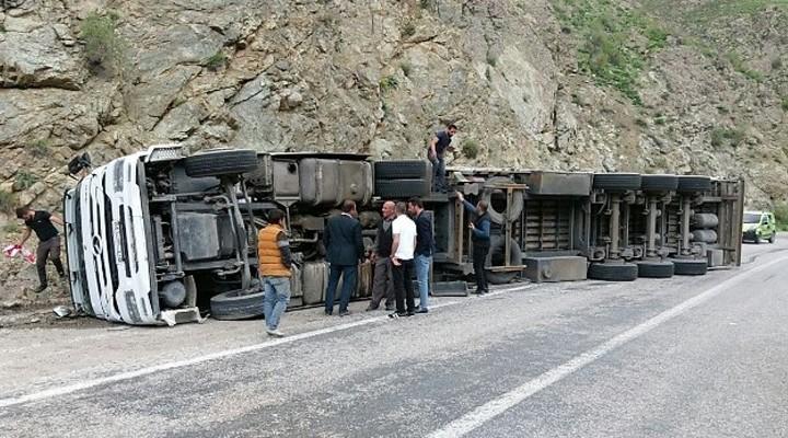 Yüksekova yolunda tır devrildi: 1 yaralı