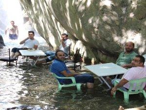 Serinlemek isteyenler Nehri Şelalesi'ne akın ediyor