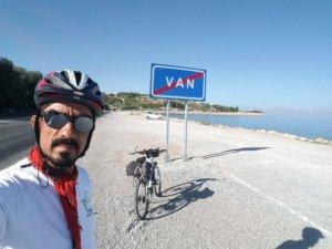 Sivaslı dağcı Van Gölü çevresini bisikletle turladı