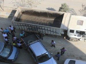 Yol kenarına park eden araçlara esnaftan tepki