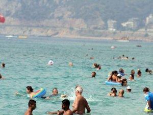 Alanya'da plajlar turistlere kaldı
