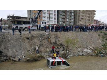 Yüksekova'da araç dereye uçtu: 2 yaralı