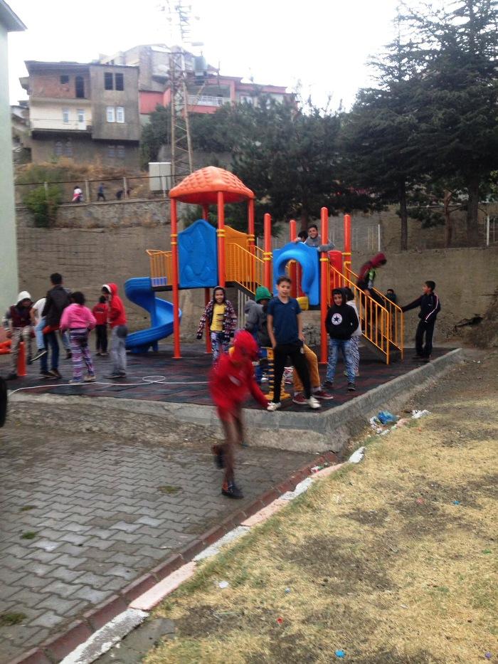 Yağmurlu Havaya Rağmen Çocuklar Oyun parklarından Vazgeçmiyor