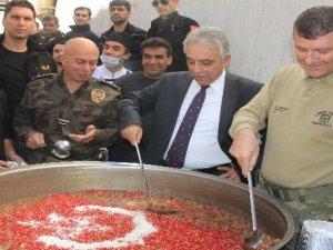 Hakkari'de emniyet ve jandarma 2 bin kişiye aşure dağıttı