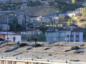 Hakkari'de çatı onarımları hız kazandı