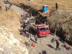 Hakkari'de Kaçakları Taşıyan Kamyonet Şarampole Devrildi: 65 Yaralı