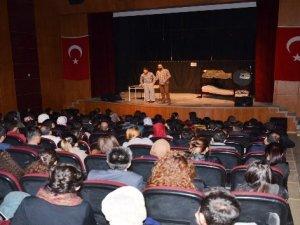 Yılmaz Erdoğan'ın yazdığı tiyatro oyunu Yüksekova'da sahnelendi