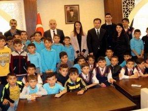 İstanbul gezisinden dönen öğrencilerden Vali Toprak'a ziyaret