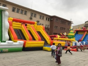 Hakkarili çocuklar için 29 Ekim'e özel oyun grubu parkı kuruldu