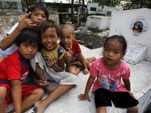 Binlerce Filipinli, aile mezarlıklarını ev edindi