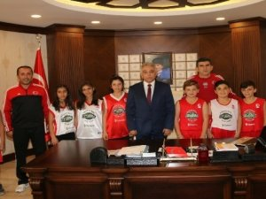12 Dev Adam Basketbol Okulundan Vali Toprak'a ziyaret