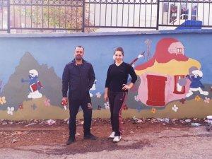 Okul Duvarı Fedakar Öğretmenlerin Elinde Resim Tuvaline Döndü