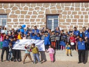 Köy köy gezerek çocukları yeni oyunlarla tanıştırıyorlar