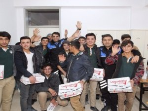 Hakkarili 200 öğrenciye ayakkabı yardımı