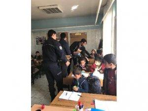 Polisten öğrencilere kek ve meyve suyu