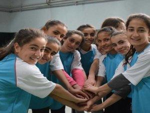 Köy okullarında okuyan kız öğrenciler sporla tanıştı