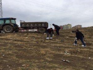 Duyarlı gençler, çevreyolundaki şişeleri temizledi