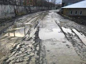 Hakkari'de mahalle yolları çamurdan geçilmiyor