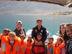 Jandarma, çocukları Van Gölü ile buluşturdu